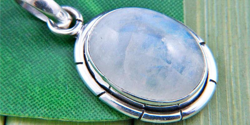 Reflejos irisiados del colgante de auténtica piedra de luna Mantraroma precio precios comprar barato baratos